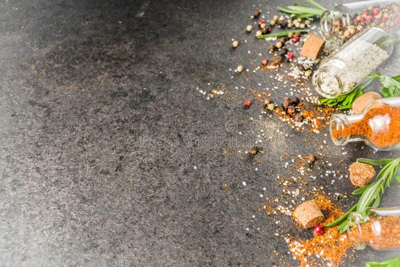 Cocinar el fondo de la comida con las hierbas, el aceite de oliva y las especias imagen de archivo libre de regalías