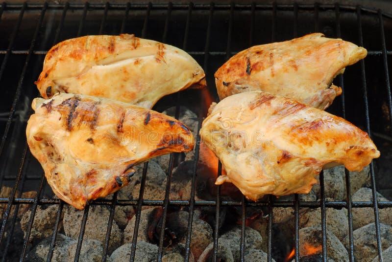 Cocinar el pecho de pollo de la barbacoa imagenes de archivo