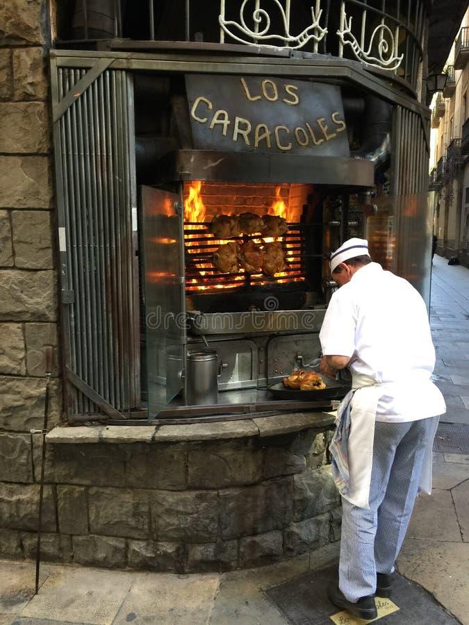 Cocinar el pollo en Barcelona imágenes de archivo libres de regalías