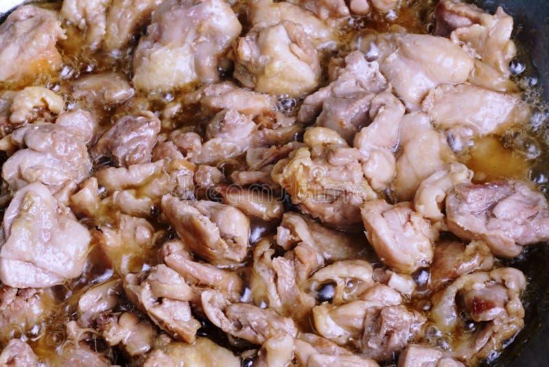 Cocinar el pollo frito imagen de archivo