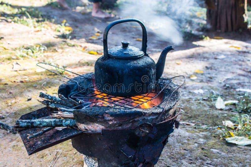 cocinar el pote negro caliente sopa de ebullición en estufa ardiente del fuego foto de archivo libre de regalías