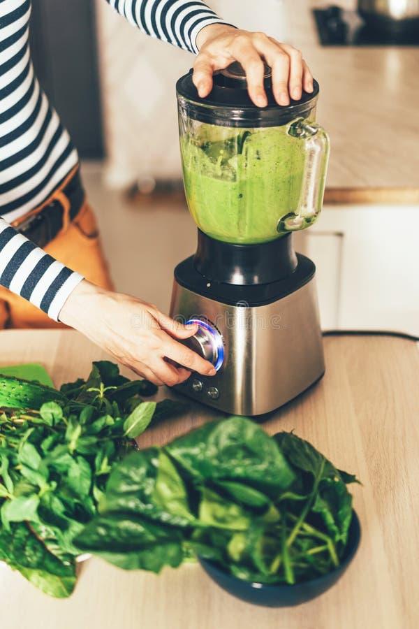 Cocinar el smoothie sano imagen de archivo