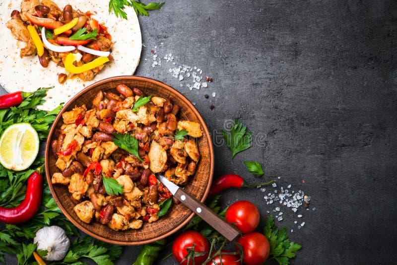 Cocinar el taco mexicano con las habas y las verduras de la carne imagenes de archivo