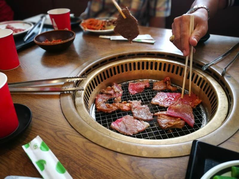 Cocinar la barbacoa y asado a la parrilla sobre el carbón de leña en estufa en Japón Cl fotografía de archivo