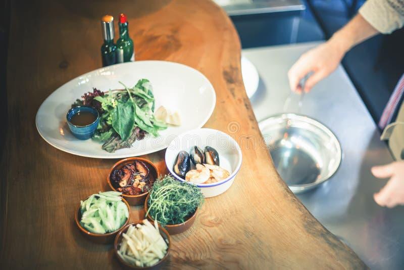 Cocinar la comida de los mariscos, mariscos crudos con los mejillones, almejas imagenes de archivo