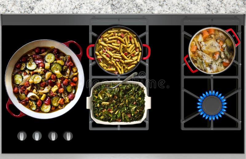 Cocinar la comida en una opinión panorámica superior de la estufa de gas imagenes de archivo