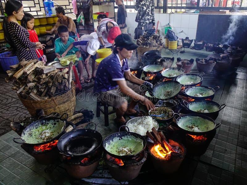 Cocinar la comida tradicional en el restaurante local foto de archivo libre de regalías
