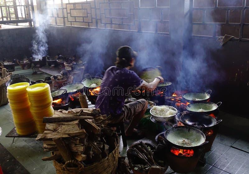 Cocinar la comida tradicional en el restaurante local imagenes de archivo