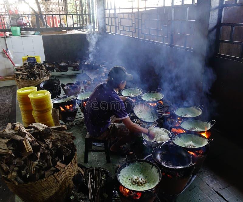 Cocinar la comida tradicional en el restaurante local foto de archivo