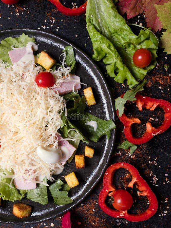 Cocinar la ensalada César deliciosa de la receta imágenes de archivo libres de regalías