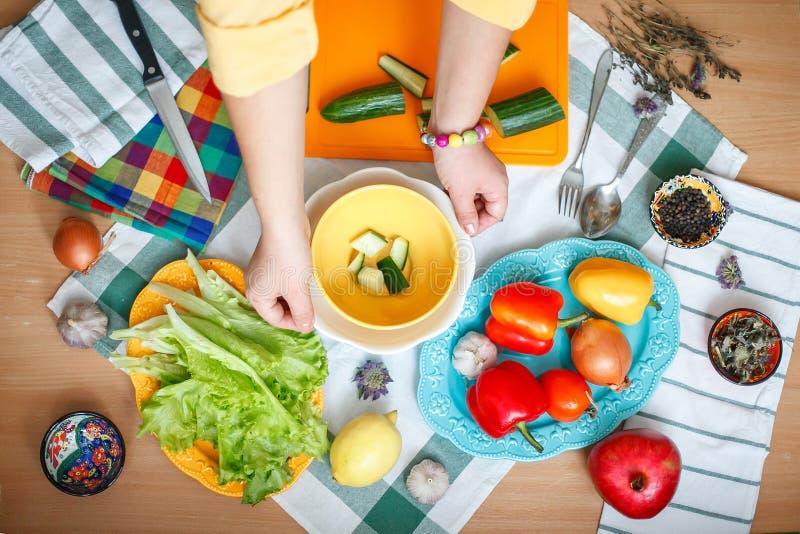 Cocinar la ensalada de verduras imagen de archivo libre de regalías