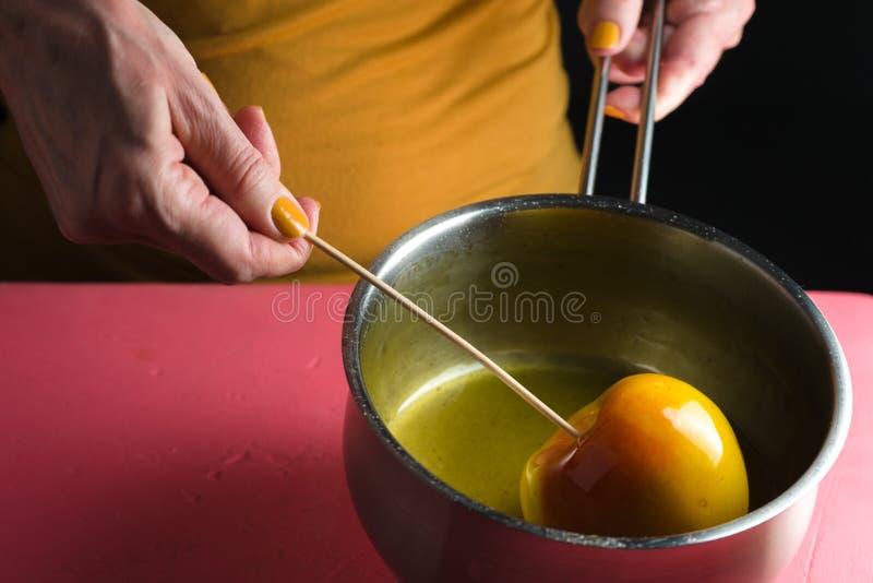 Cocinar la manzana de caramelo para la vista lateral del Día de Acción de Gracias fotografía de archivo