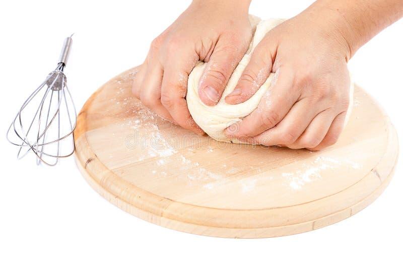 Cocinar la pasta de pan y las manos femeninas foto de archivo