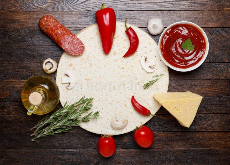 Cocinar la pizza con los ingredientes imágenes de archivo libres de regalías
