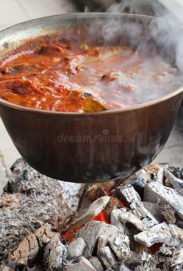 Cocinar la sopa de los pescados fotos de archivo