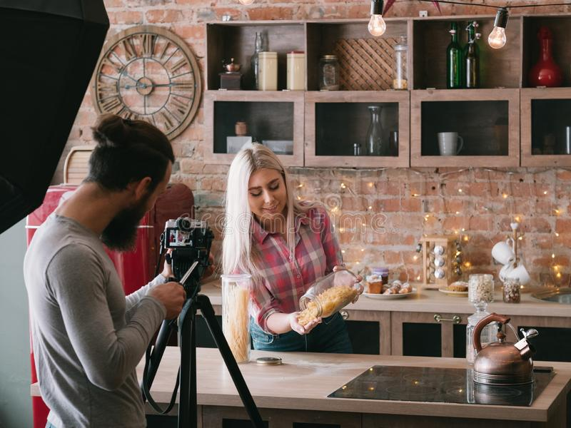 Cocinar las pastas preceptorales de la forma de vida del negocio del blog fotografía de archivo libre de regalías