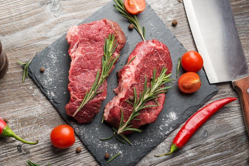 Cocinar los filetes de carne de vaca del ribeye foto de archivo libre de regalías