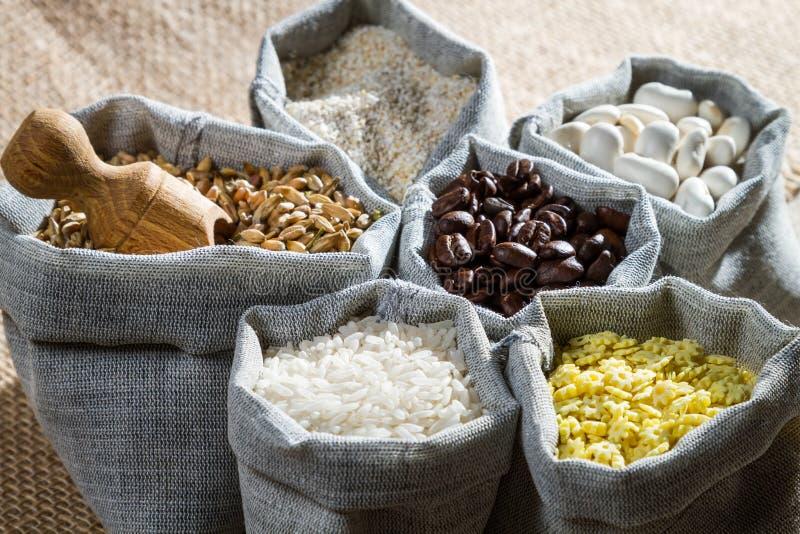 Cocinar los ingredientes alimentarios en bolsos del paño fotografía de archivo libre de regalías