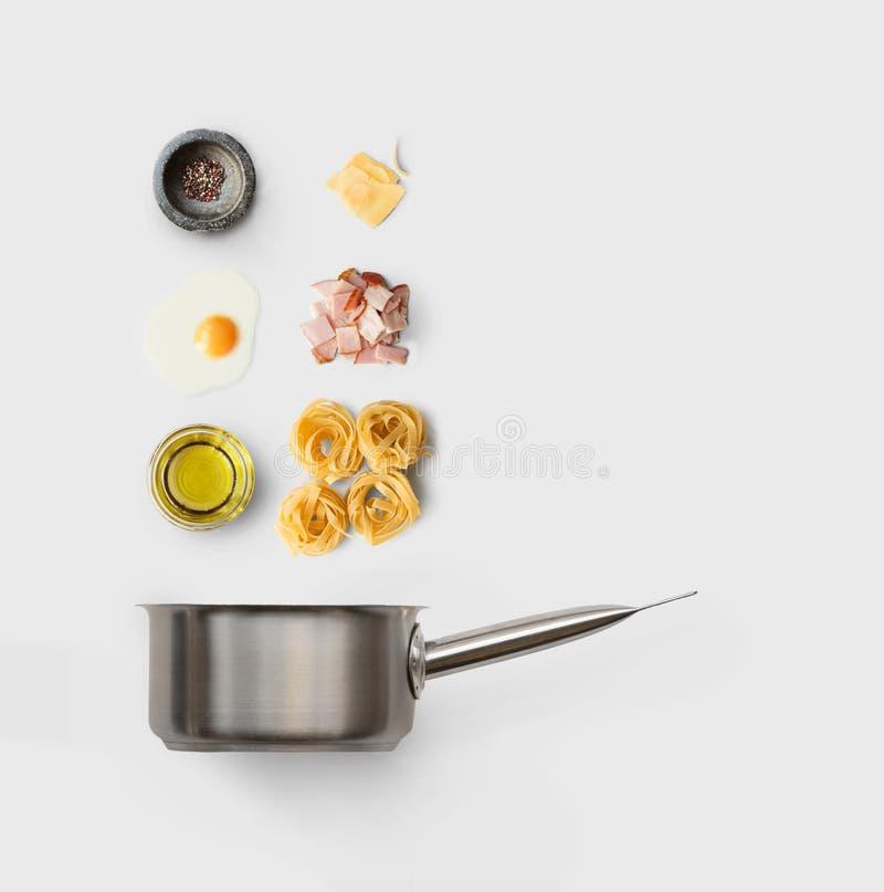 Cocinar los ingredientes para la comida italiana, carbonara, aislado en blanco imagenes de archivo