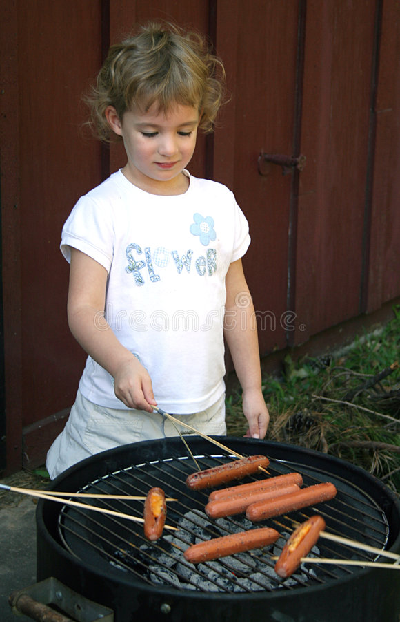 Cocinar los perritos calientes imagen de archivo libre de regalías