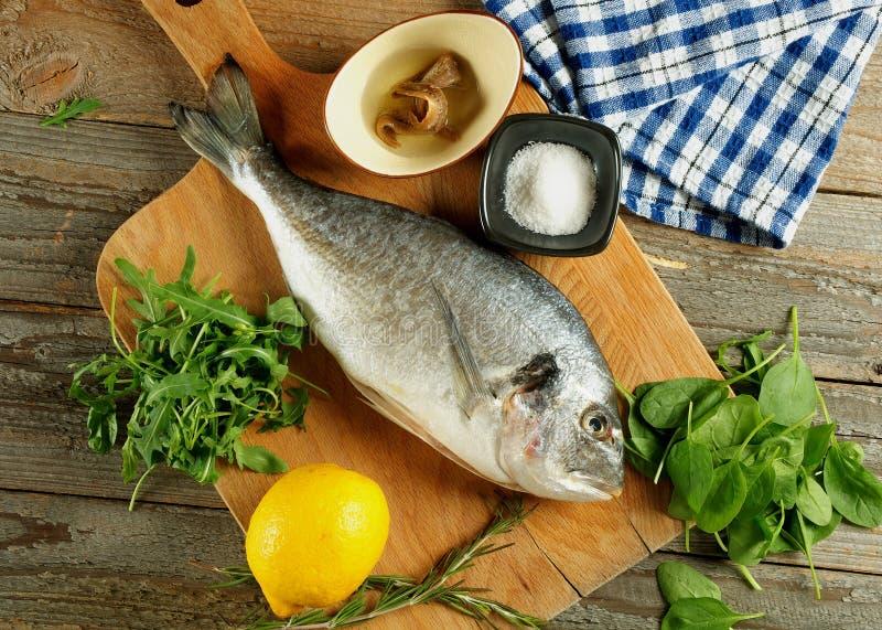 Cocinar los pescados de Dorado foto de archivo libre de regalías