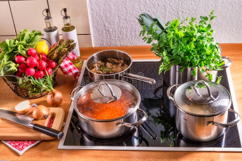 Cocinar los potes en la estufa imagen de archivo