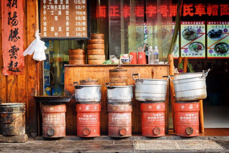 Cocinar los potes y las cestas de Dim Sum fuera del restaurante chino foto de archivo