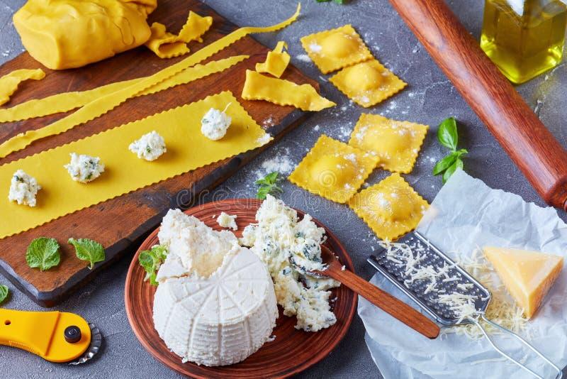 Cocinar para arriba los raviolis deliciosos con ricotta foto de archivo libre de regalías
