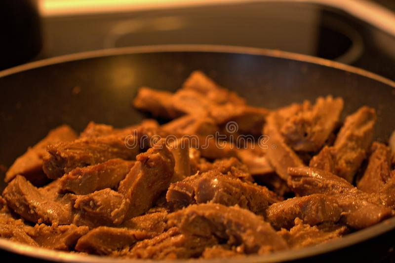 Cocinar para arriba un poco de carne deliciosa del vegano para la cena foto de archivo libre de regalías