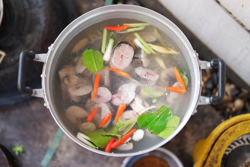 Cocinar pescados tailandeses de la sopa de Tom Yum foto de archivo