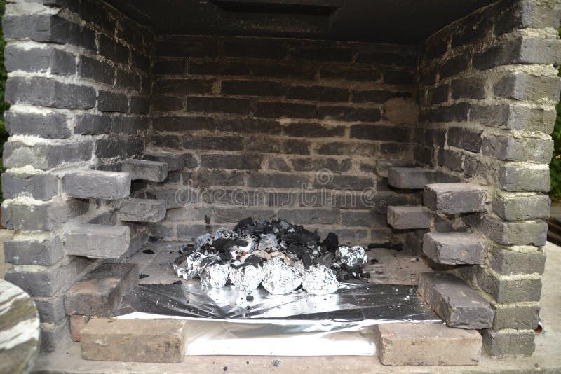 Cocinar una comida en la chimenea imagen de archivo
