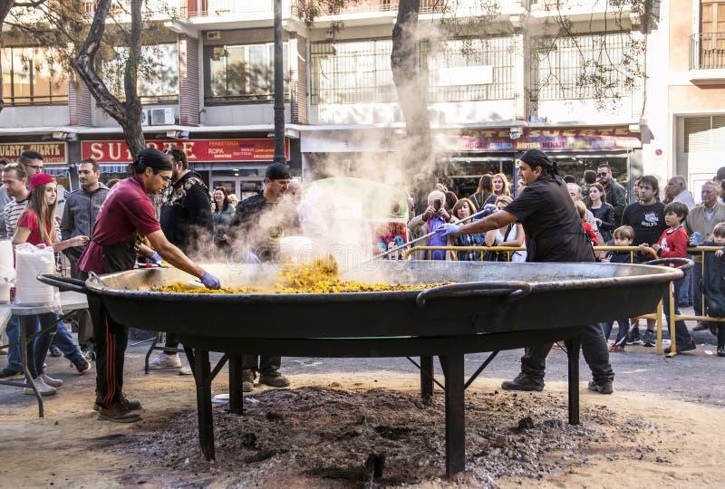 Cocinar una paella gigante, comida valenciana tradicional imagenes de archivo