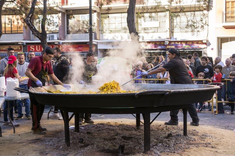 Cocinar una paella gigante, comida valenciana tradicional fotos de archivo libres de regalías