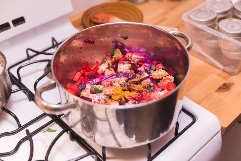 Cocinar verduras y las especias, Veggies en el pote, comida vegetariana fotos de archivo libres de regalías