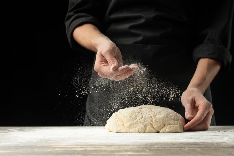 Cocine al panadero prepara el pan, focaccia, pizza, bollos, dulces Foto horizontal Concepto de la panadería, cocinando productos  imagenes de archivo