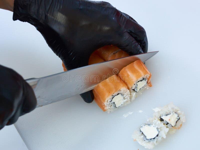 Cocine haciendo rollo de sushi en Filadelfia. imagen de archivo