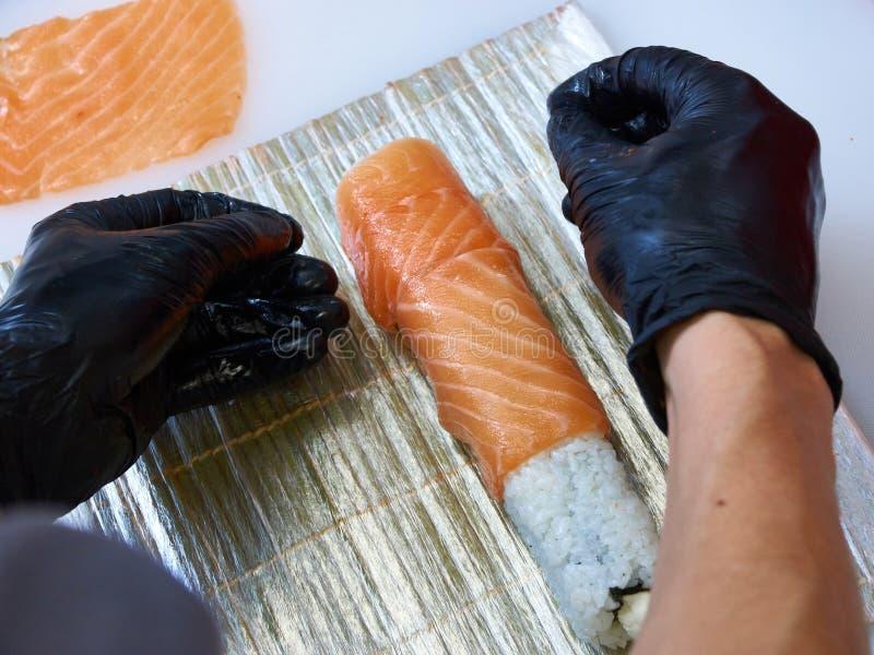 Cocine haciendo rollo de sushi en Filadelfia. fotos de archivo