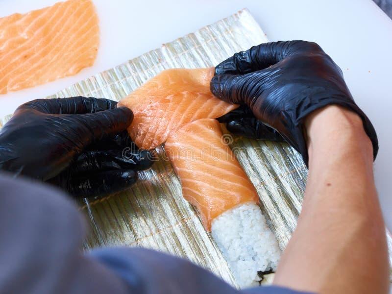 Cocine haciendo rollo de sushi en Filadelfia. imagenes de archivo