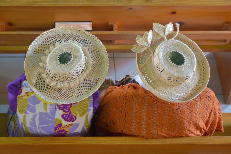 Cocine a las mujeres de Islander que llevan un sombrero de Rito en Christian Church A fotografía de archivo libre de regalías