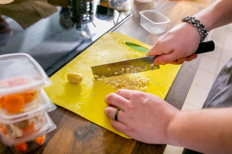 Cocine las patatas de los cortes Clase principal en la cocina El proceso de cocinar Paso a paso preceptoral Primer imágenes de archivo libres de regalías