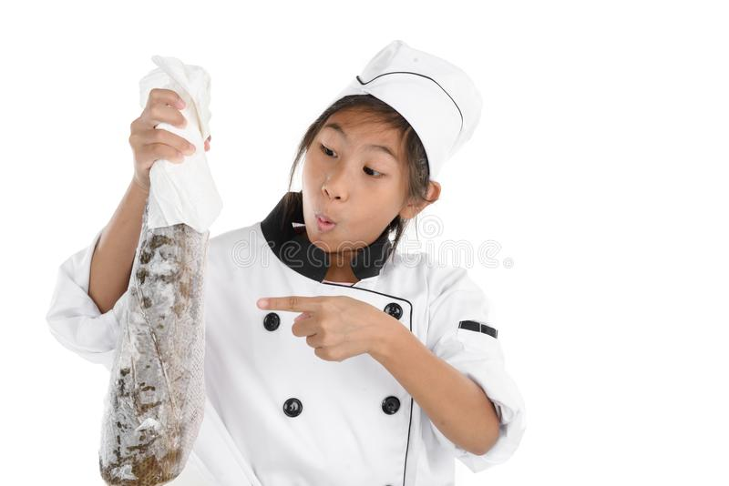 Cocinero asombrosamente en el uniforme que sostiene pescados de congelación grandes en blanco imagen de archivo libre de regalías