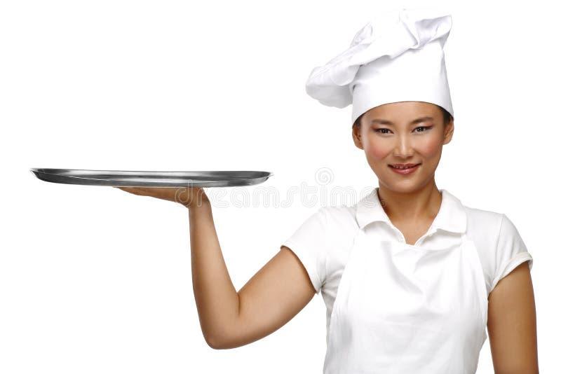 Cocinero chino asiático sonriente feliz de la mujer en el trabajo imagenes de archivo