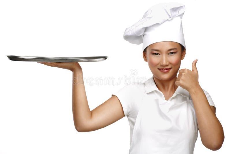 Cocinero chino asiático sonriente feliz de la mujer en el trabajo imagen de archivo
