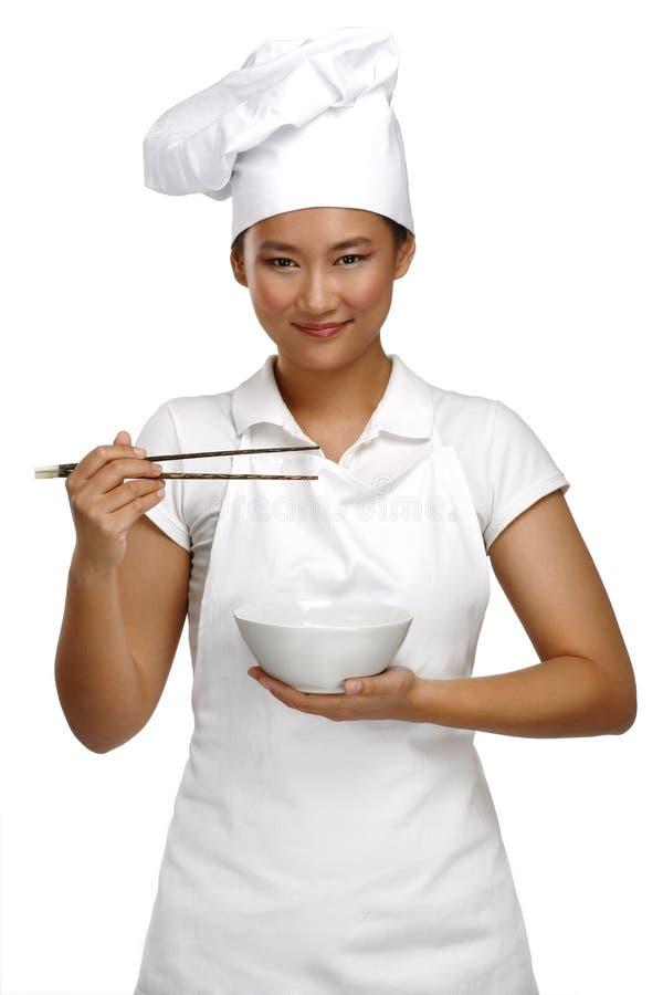 Cocinero chino asiático sonriente feliz de la mujer en el trabajo foto de archivo libre de regalías