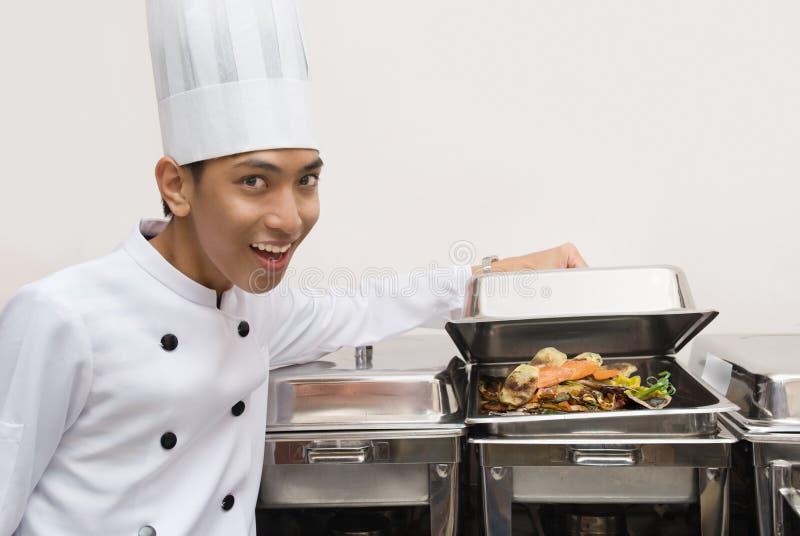 Cocinero chino que muestra el alimento imágenes de archivo libres de regalías
