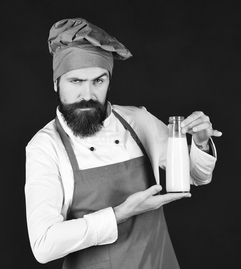 Cocinero con batido de leche o yogur Concepto de la dieta de la proteína imagenes de archivo