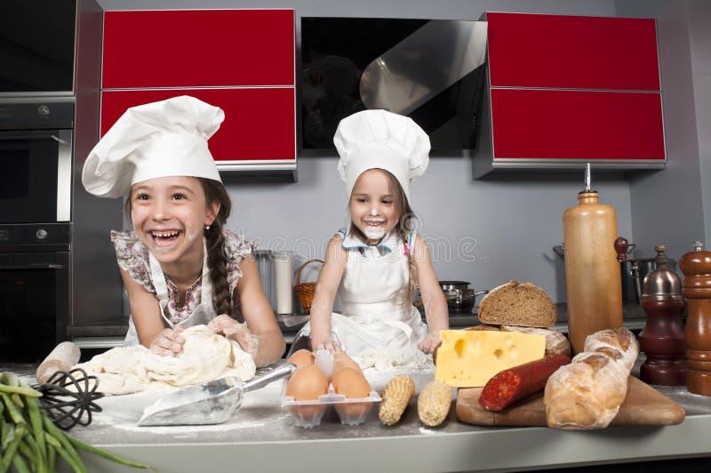 Cocinero de dos niñas imagenes de archivo
