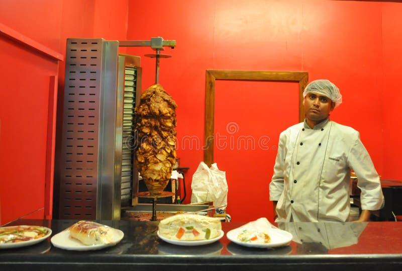 Cocinero de Kebub en resturant indio fotografía de archivo libre de regalías