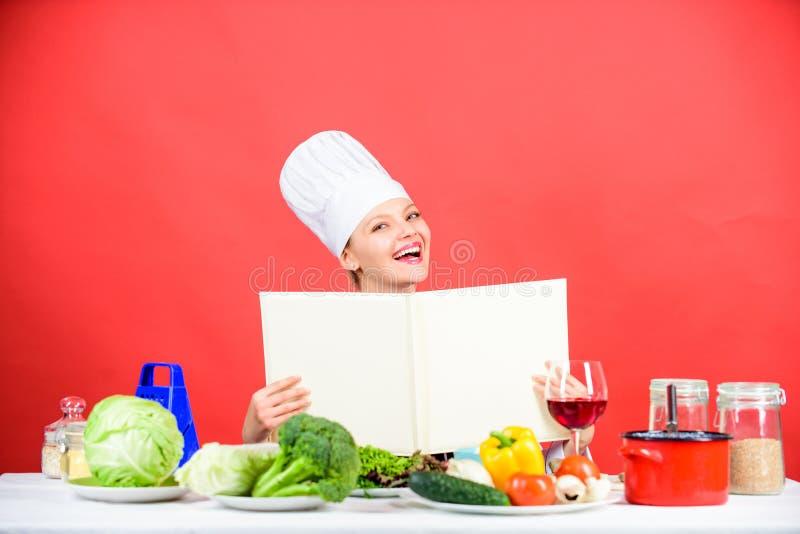 Cocinero de la muchacha en los ingredientes de la tabla de cocina Extremidades y consejo Preparaci?n del alimento Delicioso y gas imagenes de archivo