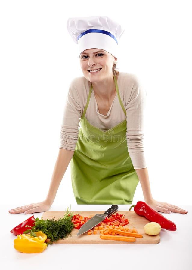 Cocinero de la mujer que taja verduras fotos de archivo